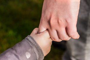 Det lille barn har behov for nærvær. Giv dit indre barn masser af kærlighed!