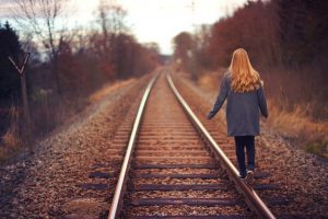 Undvigende tilknytningsform betyder at man holder en følelsesmæssig afstand til andre.