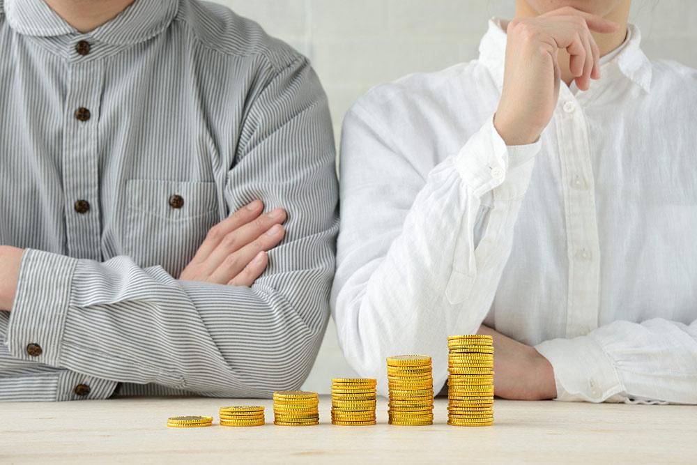 Penge kan ofte være omdrejnigspunktet for skænderier i et parforhold. Når begge tager ansvar får man ofte et bedre parforhold.